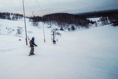 Snowboarder w czarnej hełm jazdie na śnieżnym śladzie Zdjęcia Royalty Free