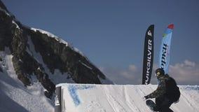 Snowboarder wysoki skok od trampoliny Potrząśnięcie deska w powietrzu Góry pogodny zbiory