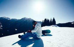 Snowboarder z snowboard na zimy góry wierzchołku Obraz Stock