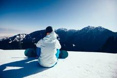 Snowboarder z snowboard na zimy góry wierzchołku Fotografia Royalty Free