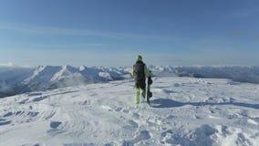 Snowboarder z snowboard odprowadzeniem na śnieżnej górze osiągać szczyt Snowboarder wydźwignięcie na w górę śnieżnego halnego szc zbiory wideo