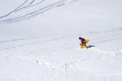 Snowboarder zatrzymująca opłata równiny i głęboki śnieg obraz royalty free