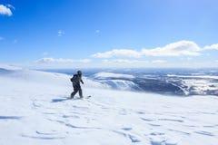 Snowboarderafdaling de sneeuwberg en het schilderachtige polaire landschap Stock Afbeelding