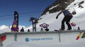 Snowboarderdia op ijzersleep ontbreek Karton kosmische voorwerpen Mensen zonnig stock video