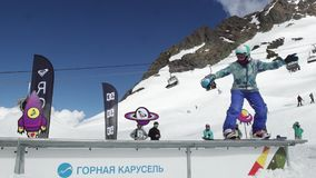 Snowboarderdia op sleep Karton kosmische voorwerpen publiek Zonnige dag stock videobeelden