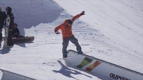 Snowboarderdia op spoor bij de skitoevlucht ontbreek Zonnige dag Bergen Mensen stock video