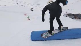 Snowboarderdia op springplank bij skitoevlucht in bergen Extreme tik uitdaging Mensen stock videobeelden