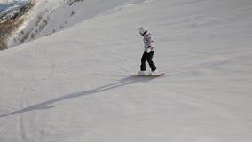 Snowboarderen följer skottet arkivfilmer