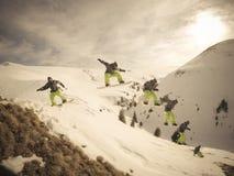 Snowboarderen hoppar Royaltyfria Foton