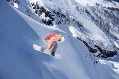 Snowboarderen hoppar i snö parkerar Arkivfoton