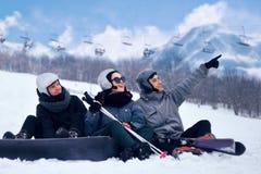 Snowboarderen hoppar med snowboarden från snowhill Landskap för manbanhoppningberg i bakgrund Snowboarderskidåkning i höjdpunkt Royaltyfri Foto