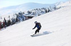 Snowboarderen på ett berg sluttar Fotografering för Bildbyråer