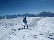 Snowboarderen ser det ändlösa utrymmet och ska glida på spåret royaltyfria foton