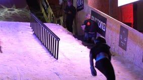 Snowboarderen visar ett extremt hopp långsam rörelse lager videofilmer