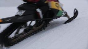 Snowboarderfahrt auf Schneemobil fahrung Griff auf Seil Makro des grünen Grases Extreme Liebhaberei schneebedeckt stock video footage