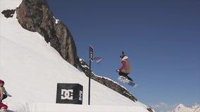 Snowboarderfahrt auf Sprungbrettnoten-Basketballkorb sonnig Leute sport stock video
