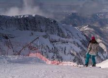 Snowboarderfahrten des Skiorts Sochi Krasnaya Poliyna, Russland Lizenzfreie Stockbilder
