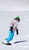 Snowboarderflicka som har gyckel Arkivbild