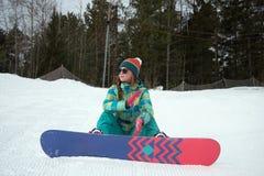 Snowboarderflickaridning på huvudvägen ner från bergen Arkivbild
