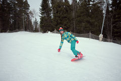 Snowboarderflickaridning på huvudvägen ner från bergen Royaltyfri Bild