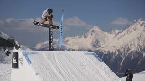 Snowboarderhoogspringen van springplank Maak gevaarlijke tikken Helikopter stock video