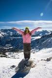 Snowboardermädchen auf dem Stein Lizenzfreies Stockfoto