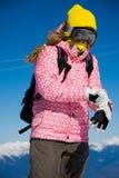 Snowboardermädchen, das Handschuhe kleidet stockfoto