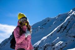 Snowboardermädchen in der hellen Kleidung Stockfotos