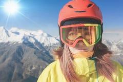 Snowboardermädchen in Alpen, Schweizer Berg Kinder, die abwärts sledding sind Lizenzfreies Stockfoto