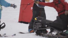 Snowboardernehmenseil des Schneemobil fahrung auf Skiort Extremer Sport liebhaberei stock video