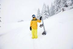 Snowboarderplanläggningsnedstigning Royaltyfri Bild