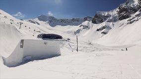 Snowboarderrit op helling Landschap van sneeuwbergen Blauwe hemel Zonnige dag Het van brandstof voorzien van de benzinepomp Mense stock video