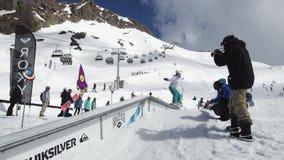 Snowboarderrit op ijzersleep Karton kosmische voorwerpen Het van brandstof voorzien van de benzinepomp Zonnige dag stock footage