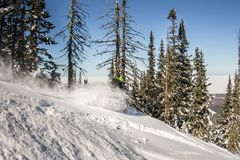 Snowboarderrit op poedersneeuw aan de bergen Wintersportenfreeride Stock Afbeelding