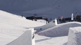 Snowboarderrit op springplank Maak volledige tik in lucht zonnig Het van brandstof voorzien van de benzinepomp Sport stock videobeelden