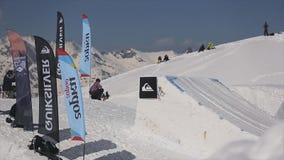 Snowboarderrit van helling, sprong op springplank Extreme sport Bergen stock footage