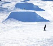 Snowboarderritten op de helling Het van brandstof voorzien van de benzinepomp royalty-vrije stock foto