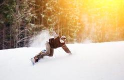 Snowboarderritten over verse sneeuw op de helling in de winter stock foto
