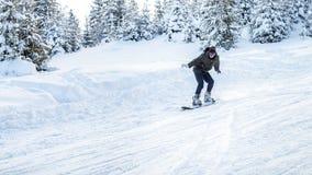 Snowboarderritter i rörelse på skida sluttar Fotografering för Bildbyråer