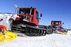 Snowboarders και σκιέρ στο ratrak Στοκ Εικόνες