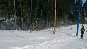 Snowboarders στον ανελκυστήρα στο βουνό απόθεμα βίντεο