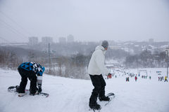 2 snowboarders вверху бег Стоковые Фотографии RF