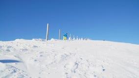 Snowboarders выполняют фокусы на покрытых снег горных склонах видеоматериал