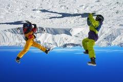 2 snowboarders в наличии вверх ногами в высоких горах Стоковое Фото