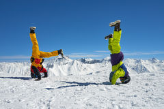 2 snowboarders в наличии вверх ногами в высоких горах Стоковая Фотография RF