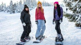 Snowboarders девушек на досках на наклонах лыжи Стоковые Изображения RF