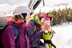Snowboarders женщин сфотографированные на телефоне Стоковое фото RF