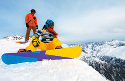 Snowboarders имея остатки на горе Стоковое Фото