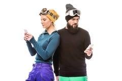 Snowboarders используя smartphones Стоковая Фотография RF