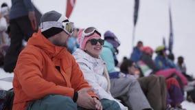 Snowboarders и лыжники аплодируют на событии внутри располагаются лыжа курорта сетка перста вверх по вектору видеоматериал
